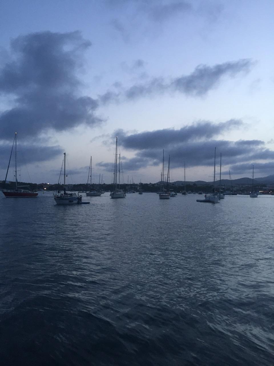 Avond valt over de baai