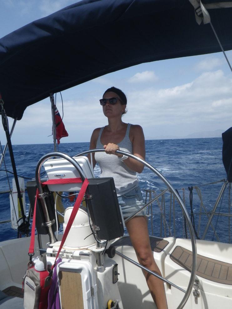 aan het roer van een zeilboot