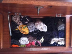 opgerolde t-shirts in kastje